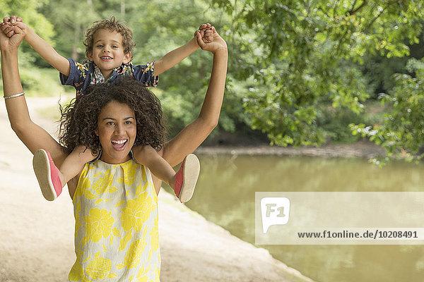 nahe,Portrait,tragen,Spiel,Sohn,Menschliche Schulter,Schultern,Mutter - Mensch,Teich
