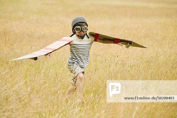 fliegen,fliegt,fliegend,Flug,Flüge,Junge - Person,Schutzbrille,Mütze,rennen,Feld