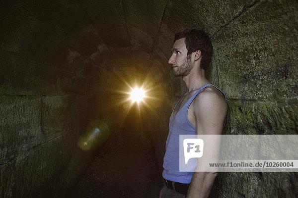 angelehnt,Mann,Wand,Tunnel,Ansicht,Seitenansicht