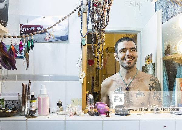 Mann,Fröhlichkeit,frontal,Narzissmus,Spiegel,Freier Oberkörper