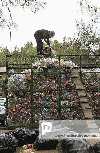 Haufen,Mann,arbeiten,Verschwendung,Kunststoff,Abfall,Recycling,Mülldeponie
