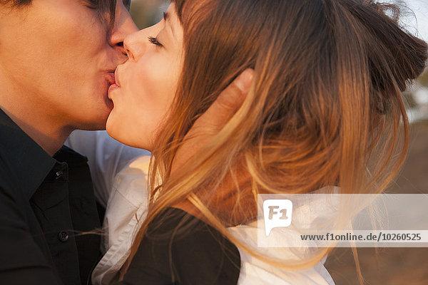 Außenaufnahme,küssen,Ansicht,Seitenansicht,freie Natur,Romantik