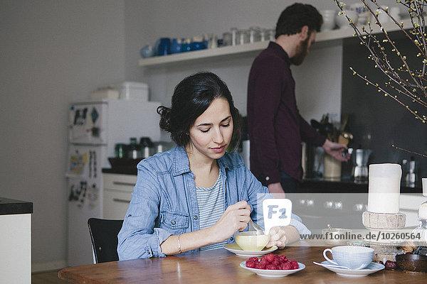 junge Frau,junge Frauen,Mann,Küche,Hintergrund,rühren,Kaffee,Tisch