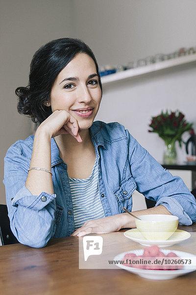 sitzend,junge Frau,junge Frauen,Portrait,Fröhlichkeit,Küche,Tisch
