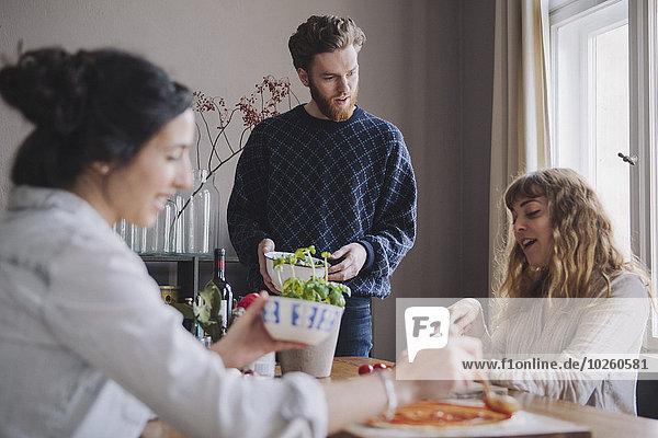 Mann,Freundschaft,Produktion,jung,Pizza,Tisch