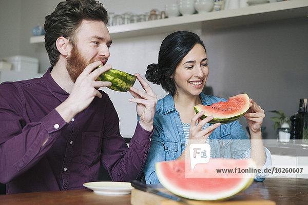 Fröhlichkeit,Küche,jung,Wassermelone,essen,essend,isst,Tisch