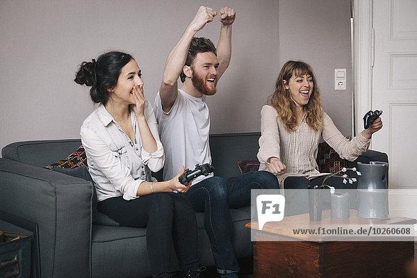 Interior,zu Hause,Freundschaft,Begeisterung,Spiel,jung,Camcorder,spielen