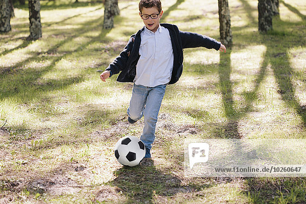 Fröhlichkeit,Junge - Person,Wald,Fußball,Länge,voll,spielen
