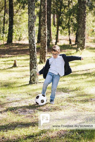 Junge - Person,Wald,Fußball,Länge,voll,spielen