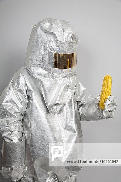 Mais,Zuckermais,Kukuruz,Mensch,halten,Radioaktivität,Schutz,Maiskolben
