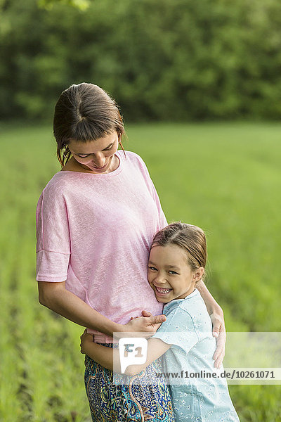 umarmen,lächeln,Feld,Mädchen,Mutter - Mensch