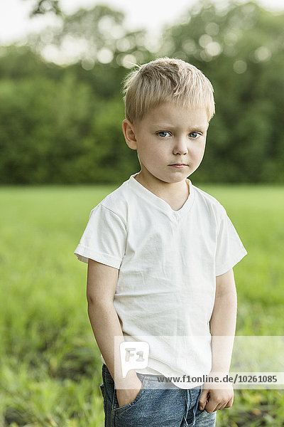 stehend,niedlich,süß,lieb,Portrait,Junge - Person,Feld