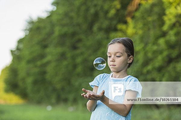Außenaufnahme,Seife,Blase,Blasen,Mädchen,freie Natur,spielen