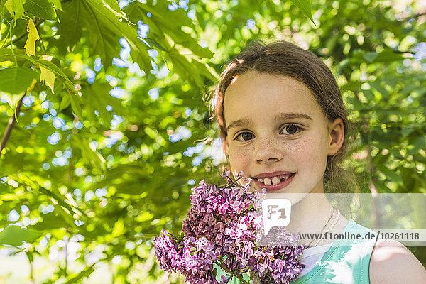 Außenaufnahme,Portrait,Fröhlichkeit,Blume,halten,lila,Mädchen,freie Natur