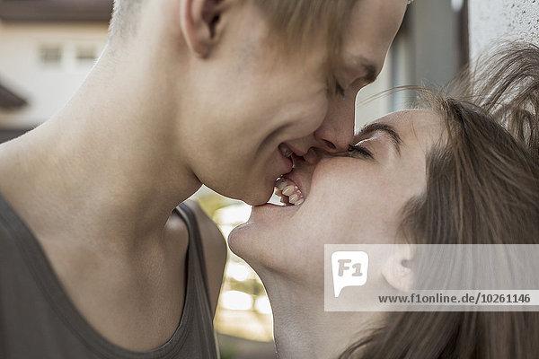 Außenaufnahme,küssen,Ansicht,Seitenansicht,freie Natur,passioniert