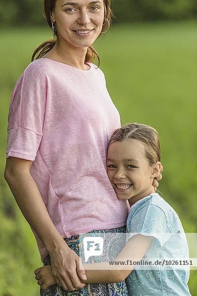 Portrait,umarmen,lächeln,Feld,Mädchen,Mutter - Mensch