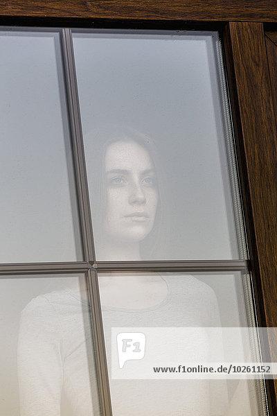 junge Frau,junge Frauen,sehen,Fenster,blättern,Nachdenklichkeit