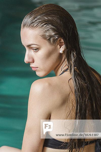sitzend,junge Frau,junge Frauen,Schönheit,Schwimmbad