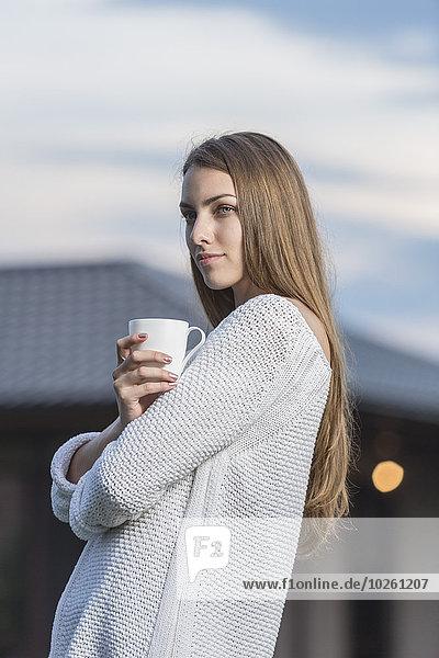 Außenaufnahme,junge Frau,junge Frauen,Schönheit,Tasse,halten,Kaffee,freie Natur