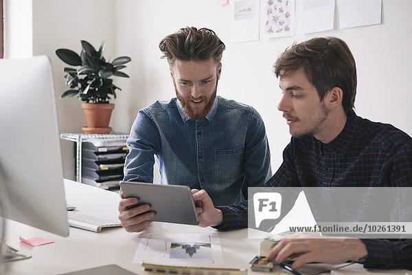 Zusammenhalt,benutzen,Schreibtisch,Geschäftsmann,jung,Tablet PC