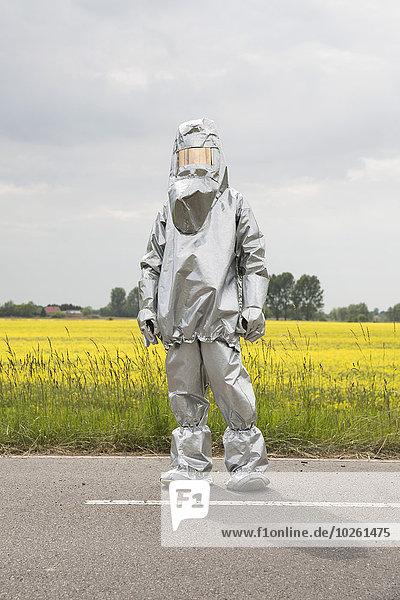 stehend,Mensch,frontal,Feld,Radioaktivität,Schutz,Raps,Brassica napus
