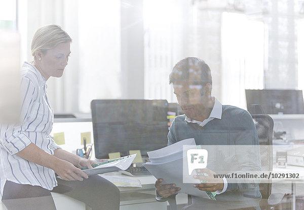Schreibtisch,Mensch,unterhalten,Büro,Menschen,Business,Schreibarbeit