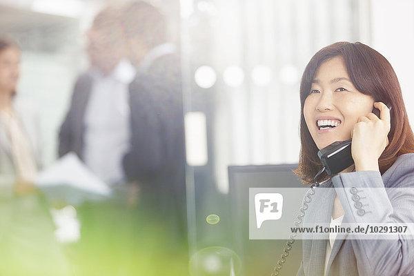 Geschäftsfrau,sprechen,lächeln,Telefon,Büro