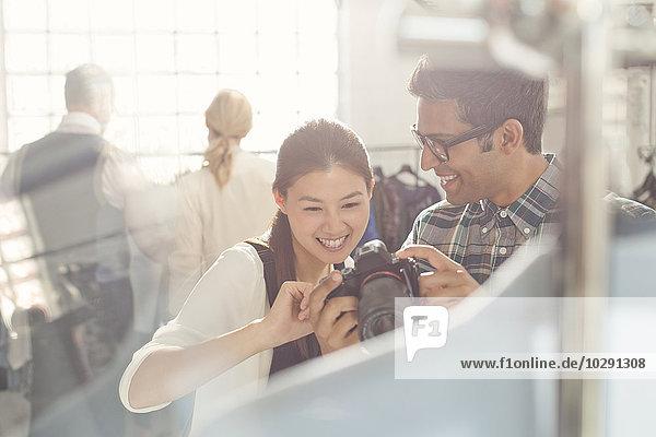 sehen,Designer,Blick in die Kamera,Fotoapparat,Kamera,Fotograf,Mode