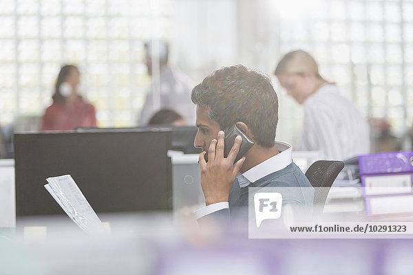 Handy,sprechen,Geschäftsmann,Büro,Schreibarbeit