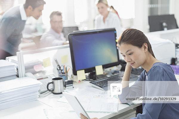 Geschäftsfrau,Schreibtisch,arbeiten,Büro
