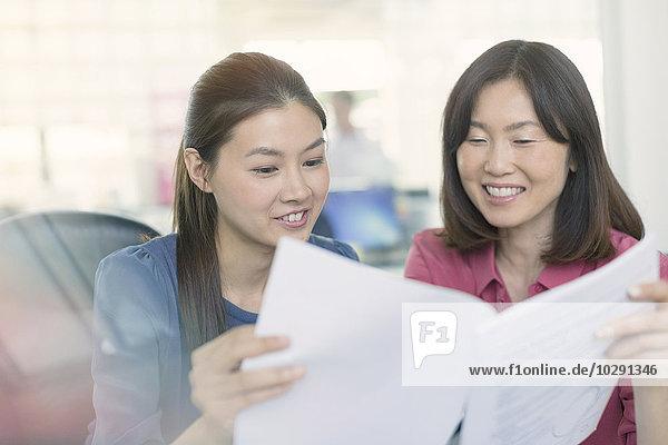 Geschäftsfrau,Diskussion,lächeln,Büro,Schreibarbeit
