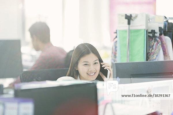 Handy,Schreibtisch,sprechen,lächeln,Designer,Büro,Mode