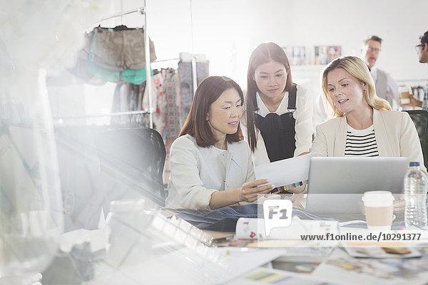 Diskussion,Notebook,Designer,Büro,Mode,Schreibarbeit