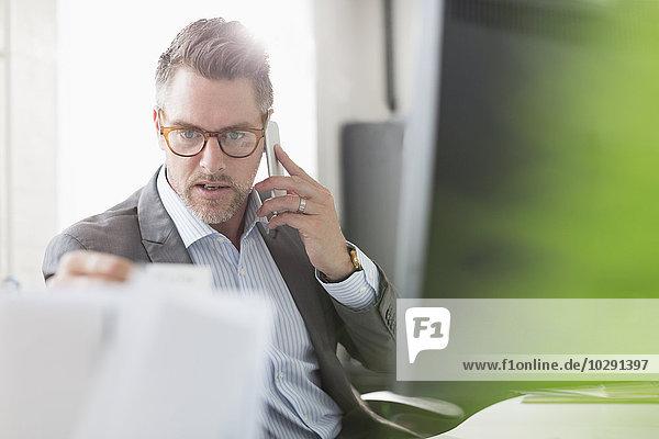 Handy,sprechen,Geschäftsmann,Büro,Untersuchung,Schreibarbeit