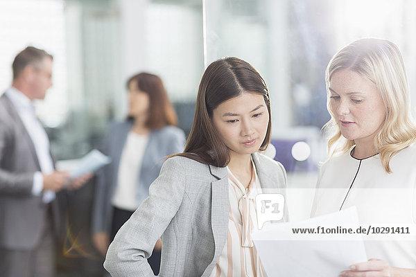 Geschäftsfrau,Diskussion,Büro,Schreibarbeit