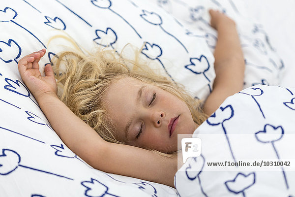 Alles hinter sich lassen,Ansicht,Arm ausgestreckt,Augen geschlossen,Bettdecke,Bettwäsche