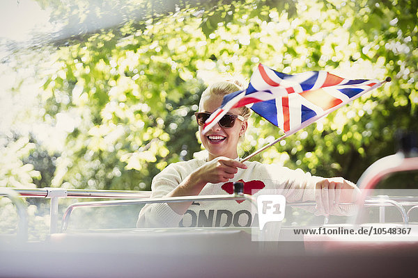 Frau,lächeln,Fahne,winken,Omnibus,britisch,Doppelstockwagen