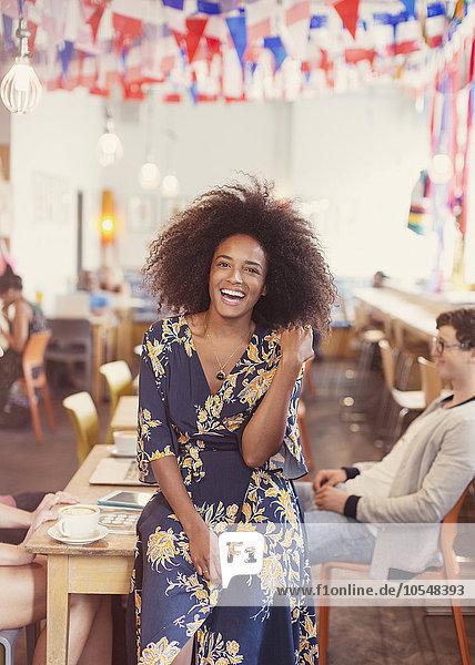 krauses Haar,Afrolook,Afro,Afros,Portrait,Frau,Begeisterung,Cafe