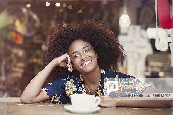krauses Haar,Afrolook,Afro,Afros,Portrait,Frau,lächeln,Cafe,trinken,Kaffee