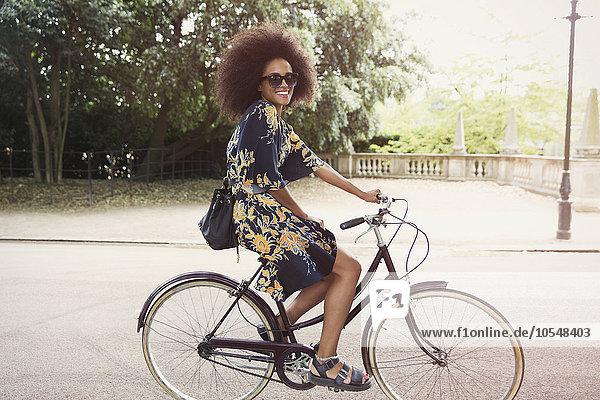 Städtisches Motiv,Städtische Motive,Straßenszene,krauses Haar,Afrolook,Afro,Afros,Portrait,Frau,lächeln