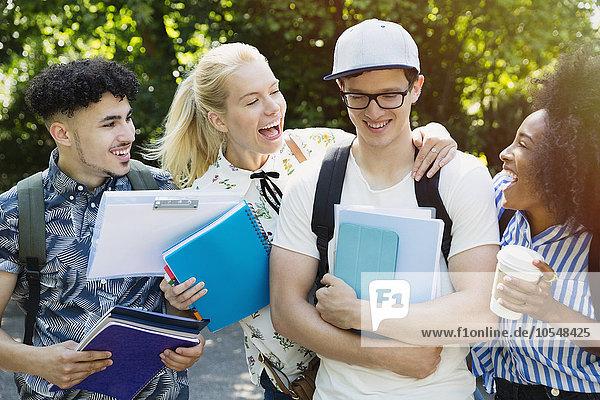 Außenaufnahme,Begeisterung,Student,Hochschule,Spaß,Freund