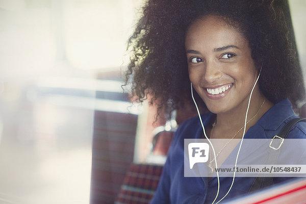 krauses Haar,Afrolook,Afro,Afros,Frau,zuhören,lächeln,Kopfhörer,Musik,Omnibus,Klassisches Konzert,Klassik