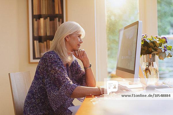 Senior,Senioren,Frau,Computer,arbeiten,Heimarbeitsplatz