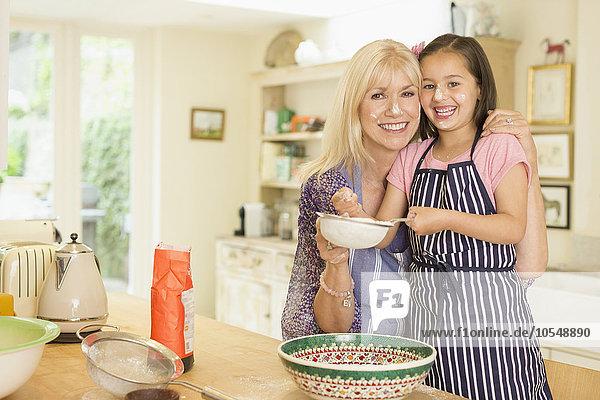 Portrait,lächeln,Küche,Enkeltochter,Großmutter,backen,backend,backt