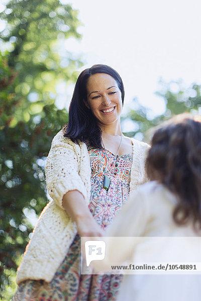 Außenaufnahme,lächeln,halten,Tochter,Mutter - Mensch,freie Natur