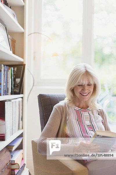 Senior,Senioren,Frau,Buch,lächeln,Höhle,Taschenbuch,vorlesen