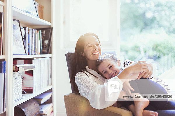umarmen,Zuneigung,Sessel,Tochter,Mutter - Mensch