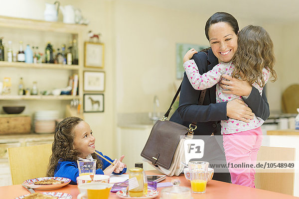 umarmen,arbeiten,Abschied,Tochter,Tisch,Mutter - Mensch,Frühstück