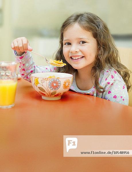 Getreide,Portrait,lächeln,essen,essend,isst,Mädchen,Tisch,Frühstück