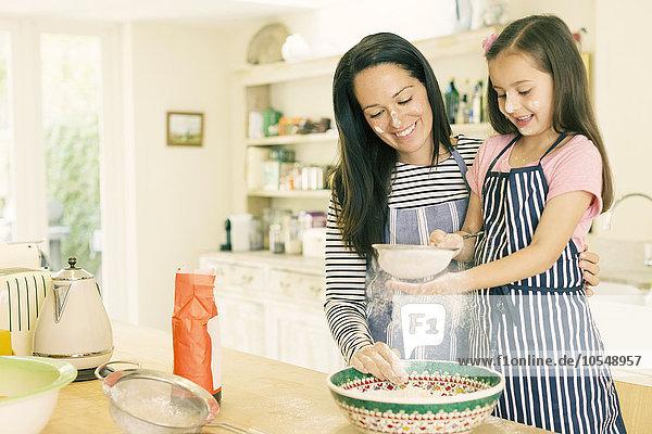 Küche,backen,backend,backt,Tochter,durchsieben,sieben,Mutter - Mensch,Mehl